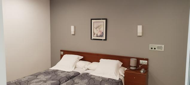 Chambre avec deux lits simples (vue intérieure)